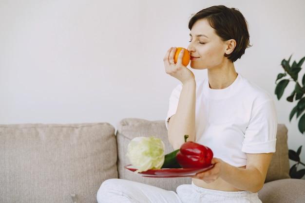 Il nutrizionista fa un tutorial sulla nutrizione Foto Gratuite