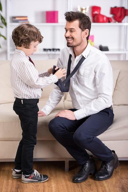 Il padre lavorerà e il figlio aiuta a stare insieme. Foto Premium