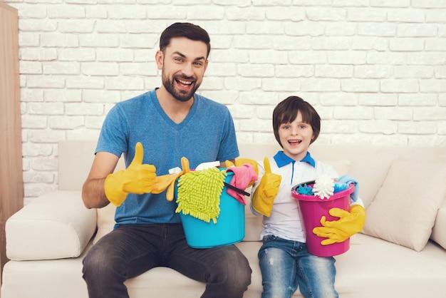 Il padre mostra a suo figlio come pulire la casa. Foto Premium