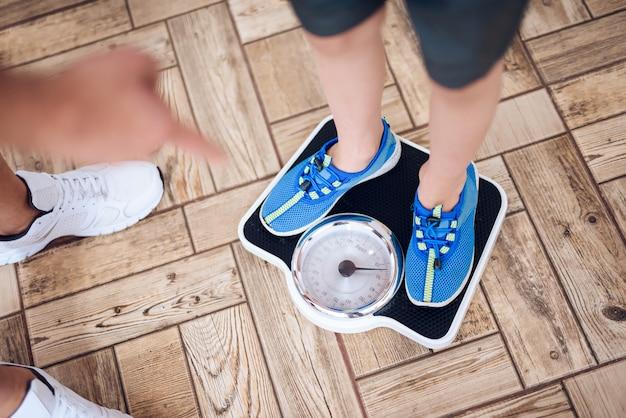 Il padre pesa suo figlio sulla bilancia. Foto Premium