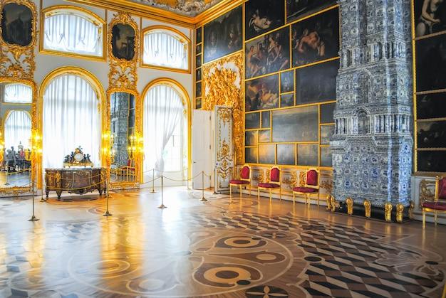 Il palazzo di tsarskoye selo ha ricevuto visitatori dopo il restauro di numerosi reperti. Foto Premium