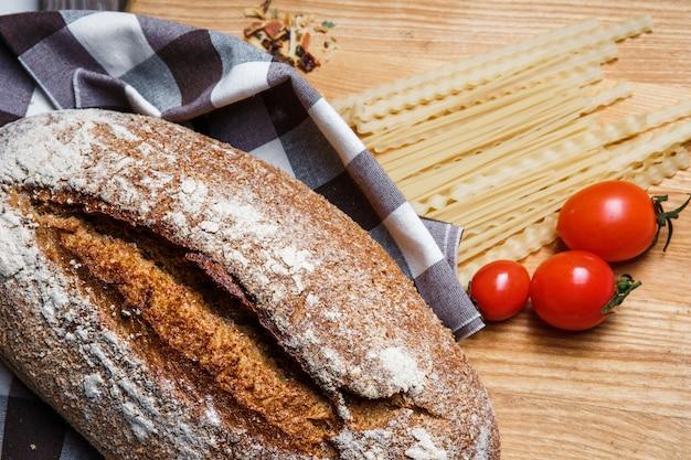 Il pane su uno sfondo di legno Foto Gratuite