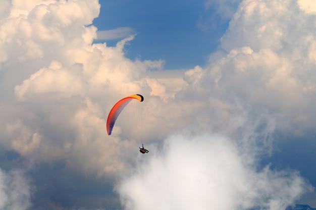 Il paracadutista vola sopra le montagne Foto Premium