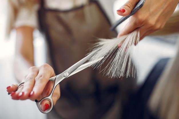 Il parrucchiere ha tagliato i capelli al suo cliente in un parrucchiere Foto Gratuite