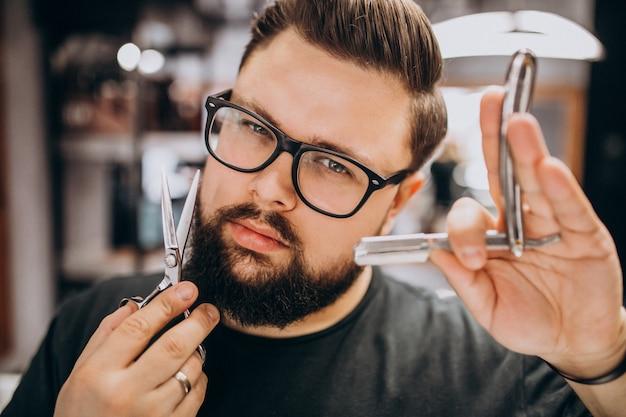 Il parrucchiere professionista con gli strumenti del barbiere si chiude su Foto Gratuite