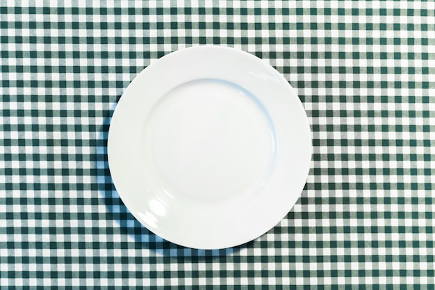 Il piatto sulla tovaglia a quadretti Foto Premium