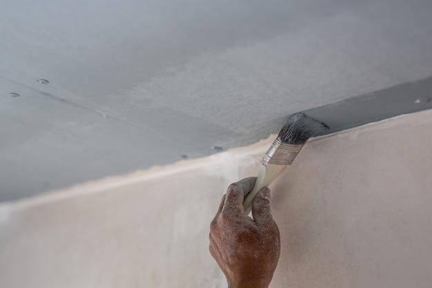 Il pittore che dipinge in casa Foto Gratuite