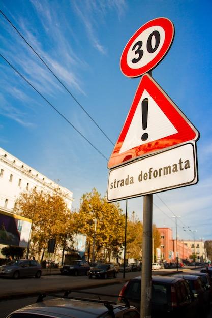 Il primo piano su una strada principale firma circa il limite di velocità a trenta Foto Premium