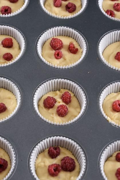 Il processo di preparazione dei dessert. torte alla crema, muffin, biscotti, generi alimentari. la cucina e la pasticceria producono dolci. Foto Premium