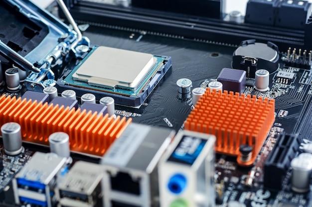 Il processore è installato nella presa della scheda madre. Foto Premium