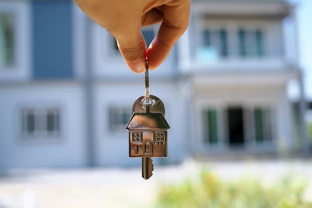 Il proprietario sblocca la chiave di casa per la nuova casa Foto Premium