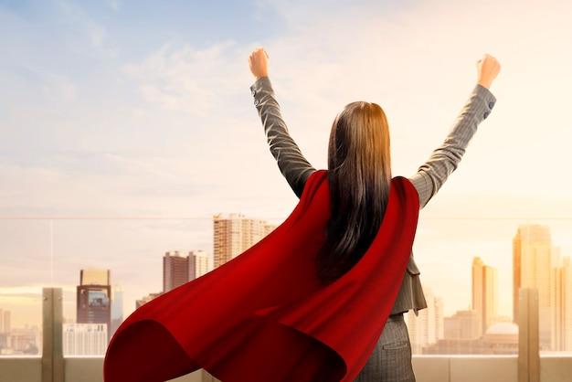 Il punto di vista posteriore della donna eccellente asiatica di affari con un mantello si sente felice Foto Premium
