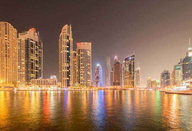Il quartiere di marina è una zona residenziale popolare a dubai Foto Premium