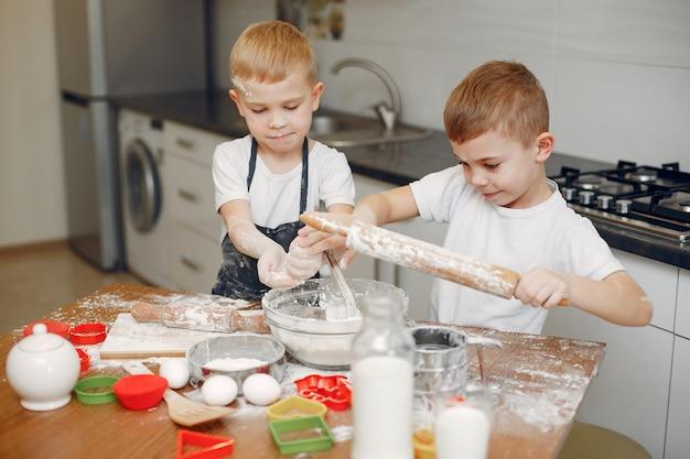 Il ragazzino cucina l'impasto per i biscotti Foto Gratuite