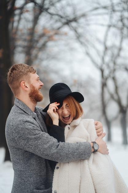 Il ragazzo e la ragazza riposano nella foresta invernale. Foto Gratuite