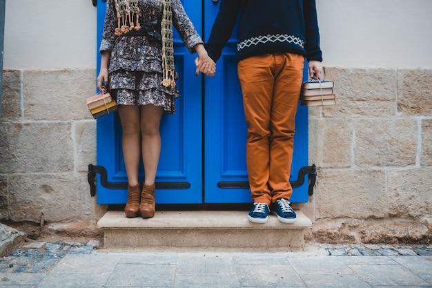 Il ragazzo e la ragazza si trovano sulle scale vicino all'edificio Foto Premium