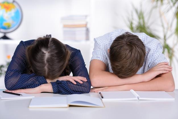 Il ragazzo e la ragazza sono tra le braccia e riposano. Foto Premium