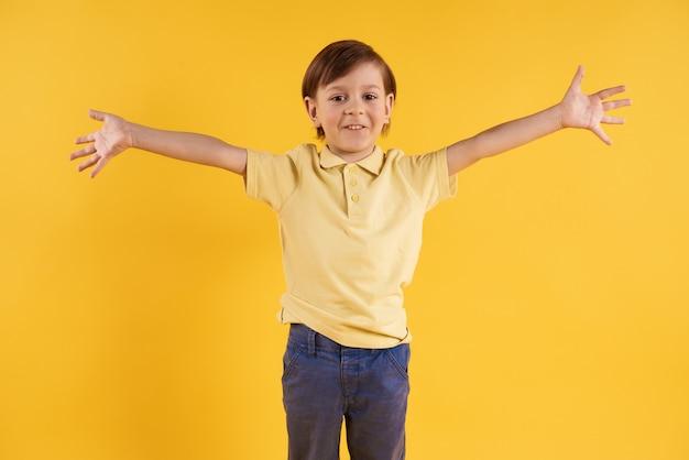 Il ragazzo felice sta prendendo in armi. abbracci. Foto Premium