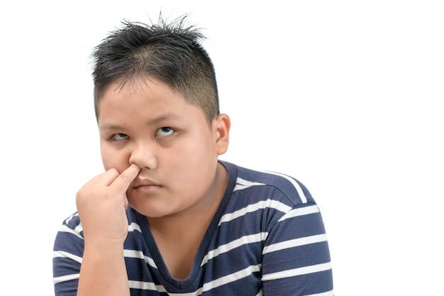 Il ragazzo grasso obeso seleziona il suo naso e annoiato isolato Foto Premium
