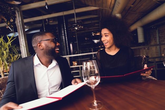 Il ragazzo nero e la ragazza sono venuti al ristorante. Foto Premium