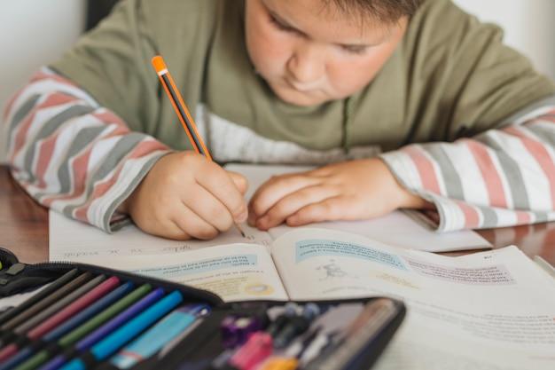 Il ragazzo sta facendo i suoi compiti Foto Gratuite