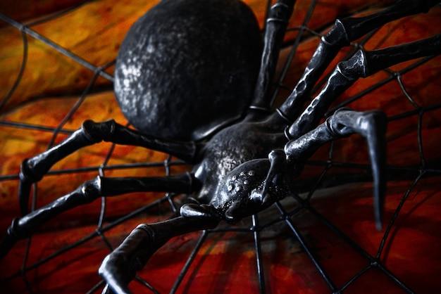 Il ragno spaventoso del ferro striscia su una parete con sangue Foto Premium