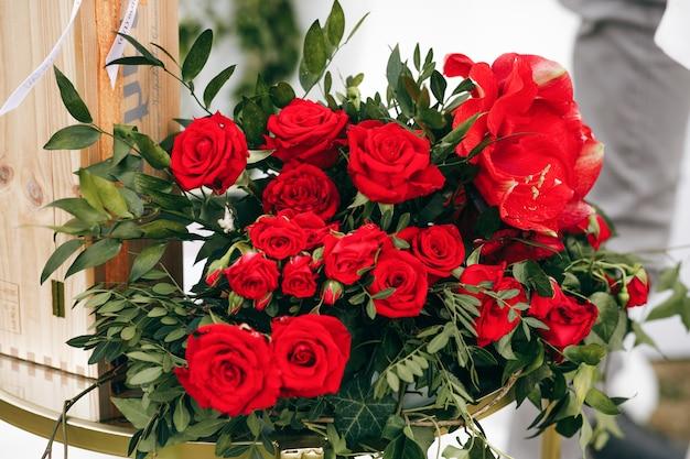 Il ricco bouquet fatto di rose rosse si trova all'esterno Foto Gratuite