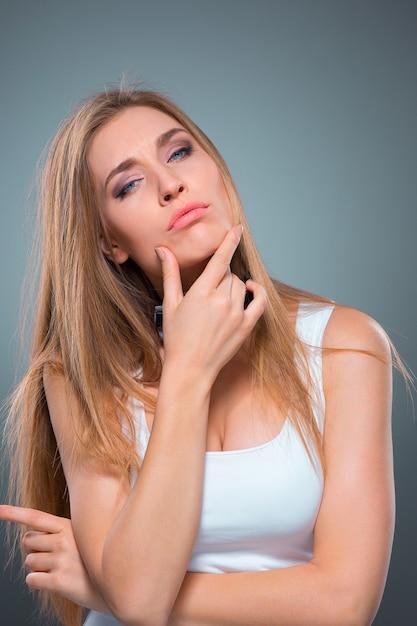 Il ritratto della giovane donna con emozioni seducenti Foto Gratuite