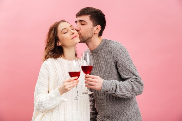 Il ritratto delle coppie amorose sorridenti si è vestito in maglioni Foto Premium