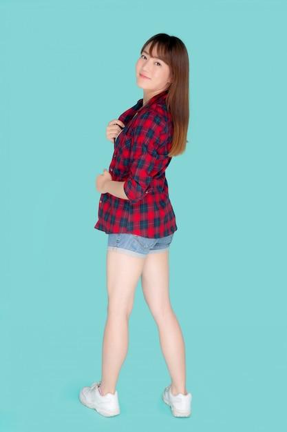 Il ritratto di giovane donna asiatica indossa vestiti e ha un'espressione di sorriso Foto Premium