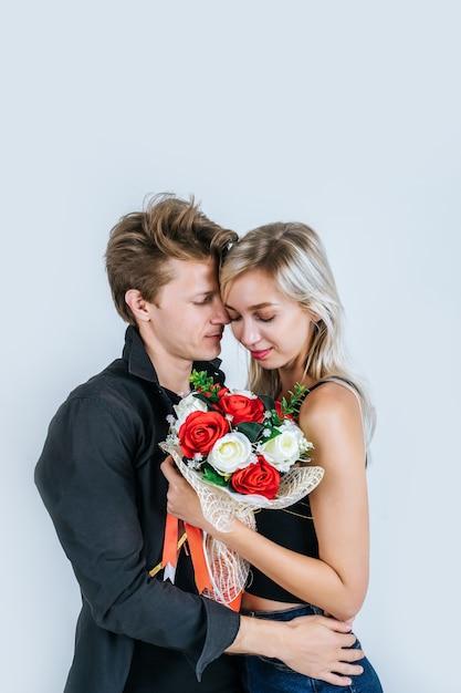Il ritratto di giovani coppie felici ama insieme al fiore Foto Gratuite