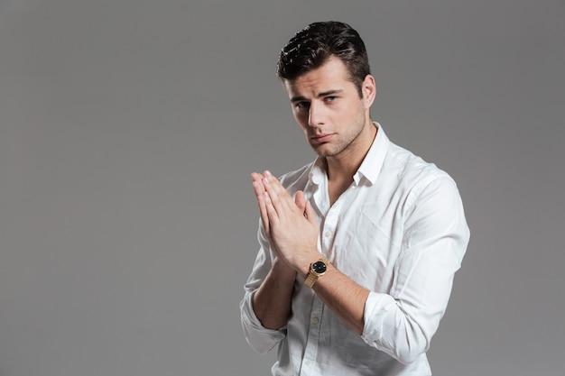 Il ritratto di un giovane riuscito ha vestito in camicia bianca Foto Gratuite