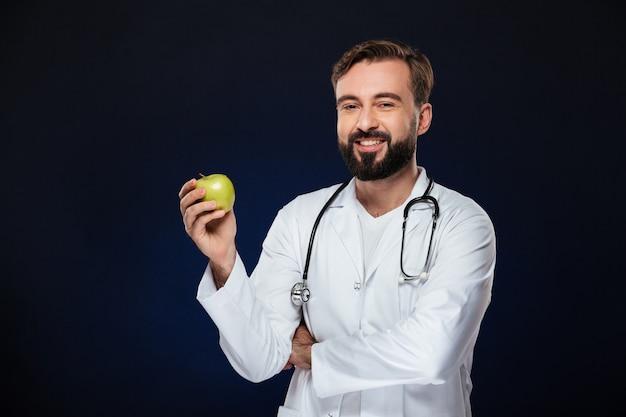 Il ritratto di un medico maschio felice si è vestito in uniforme Foto Gratuite