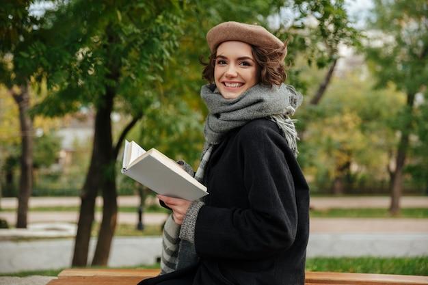 Il ritratto di una ragazza sorridente si è vestito in vestiti di autunno Foto Gratuite
