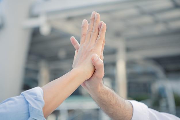 Il riuscito uomo d'affari si unisce le mani dopo il buon affare. Foto Premium