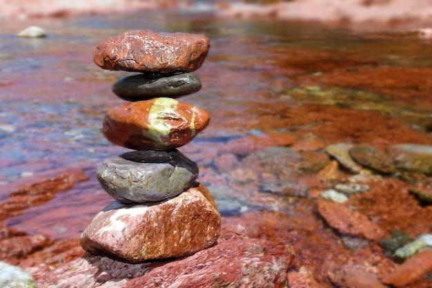 Il rolling stones ha impilato il calcare rosso di rodeno in fiume Foto Premium