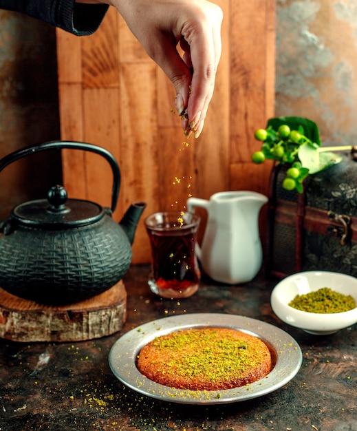 Il rombo del pistacchio si versò sul dessert di kunefe Foto Gratuite