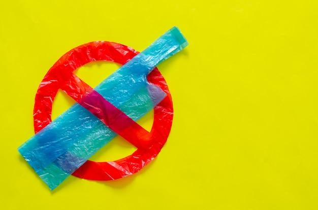 Il simbolo di smettere di usare pacchi ambientali ostili fatti con sacchetti di plastica. Foto Premium