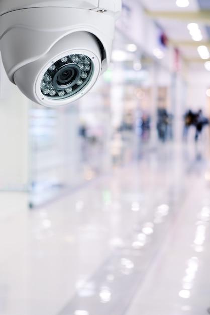 Il sistema di sicurezza della macchina fotografica del cctv su un soffitto di un centro commerciale ha offuscato il fondo. Foto Premium