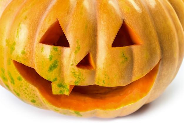Il sorriso della zucca di halloween su bianco isolato Foto Premium