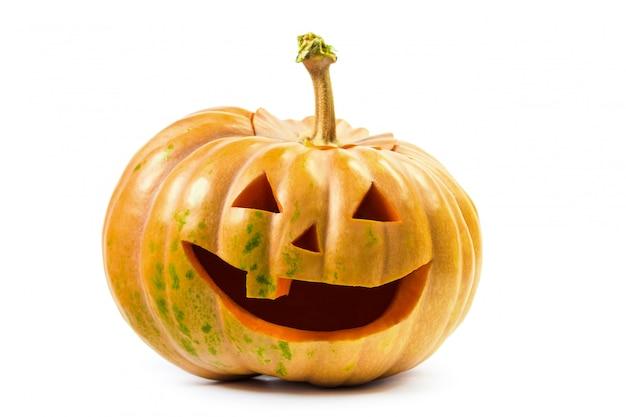 Il sorriso della zucca di halloween su superficie isolata bianca Foto Premium