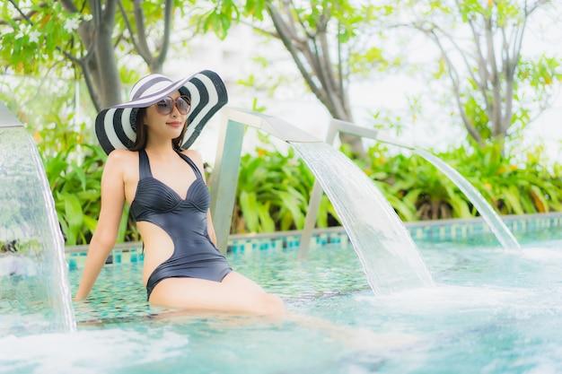 Il sorriso felice delle belle giovani donne asiatiche del ...