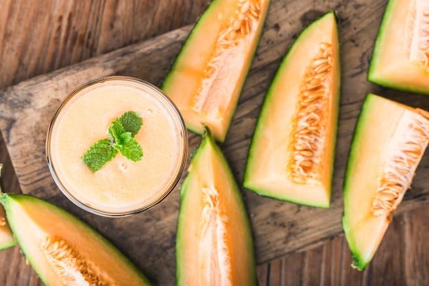 Il succo di melone alla menta in un vaso di vetro sul tavolo. melone di melone Foto Premium