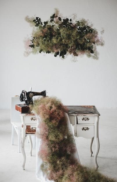 Il tappeto verde pende dalla macchina da cucire su un - Tavolo macchina da cucire ...