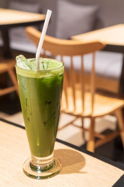 Il tè verde freddo contiene un bicchiere alto a forma di v con ambiente da bar Foto Premium