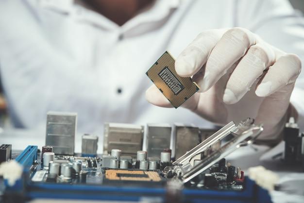 Il tecnico che ripara il computer, l'hardware del computer, la riparazione, l'aggiornamento e la tecnologia Foto Gratuite