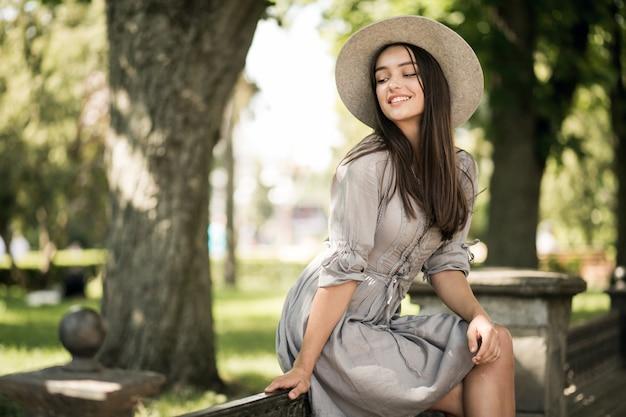 Il telefono del cappello della città della ragazza va in mobilità Foto Gratuite