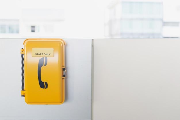 Il telefono di emergenza alla linea della metropolitana prepara a bangkok tailandia Foto Premium