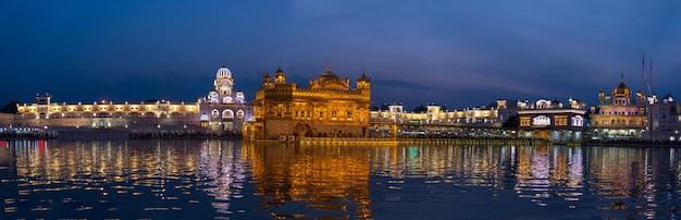 Il tempio d'oro di amritsar, punjab, india, l'icona più sacra e luogo di culto della religione sikh. Foto Premium