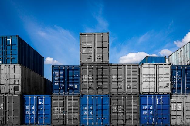 Il territorio del deposito merci container: molti container metallici per lo stoccaggio di merci Foto Premium